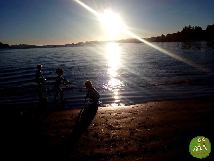 Peques del revés en la playa