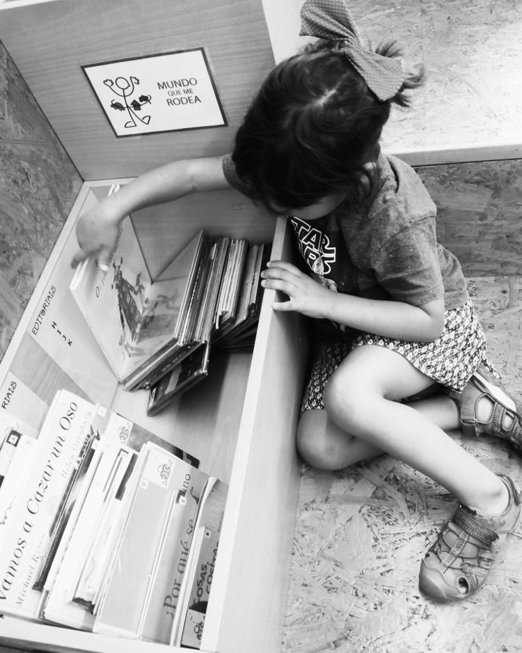 Omundoaoreves, peque del revés revisando libros